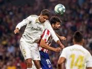 Ausgeglichenes Madrider Derby: Reals Raphaël Varane (links) im Kopfballduell mit Atléticos Diego Costa (Bild: KEYSTONE/EPA EFE/RODRIGO JIMENEZ)