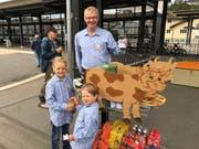 Ganz schweizerisch in Edelweiss-Aufmachung – Papa Zihlmann passt die Ankömmlinge zusammen mit seinen Töchtern am Bahnhof ab. (Bild: David von Moos)