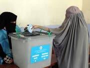 Wegen grosser Unsicherheit und Furcht vor Anschlägen trauten sich in Afghanistan nur wenige Frauen an die Wahlurnen - wie hier in Kandahar im Süden des Landes, einer früheren Hochburg der Taliban. (Bild: KEYSTONE/EPA/MUHAMMAD SADIQ)