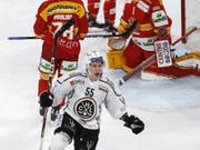 Luganos finnischer Weltmeister Atte Ohtamaa schiesst sein Team gegen Biel in der Verlängerung zum Sieg (Bild: KEYSTONE/PETER KLAUNZER)