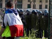 In Frankreich ereigneten sich am Samstag erneut Ausschreitungen am Rande von «Gelbwesten»-Protesten und die Sicherheitskräfte schritten ein. (Bild: KEYSTONE/EPA/IAN LANGSDON)