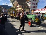 Ein wunderbarer Herbsttag für die Alpabfahrt. Im Bild der Traktor mit Anhänger der Älplergesellschaft Salwideli. (Bild: David von Moos)