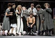 Plötzlich brechen Krieg und Politik über die Schauspieler herein, aus eitlen Mimen werden Widerstandskämpfer. (Bild: Tanja Dorendorf)