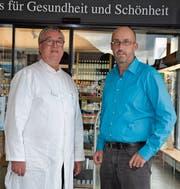 Jürg Heer (links) hat am Samstag die Schlüssel der Hochhaus-Drogerie in Bazenheid an Bruno Rüegg, den neuen Geschäftsführer, weitergereicht. (Bild: Beat Lanzendorfer)