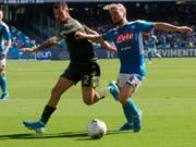 Napolis Torschütze Dries Mertens (rechts) im Zweikampf mit Brescias Stefano Sabelli (Bild: KEYSTONE/AP ANSA/CESARE ABBATE)