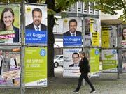 Wahlplakate in Zürich: Würde dieses Wochenende gewählt, könnten die Grünen und die GLP am meisten zulegen. (Bild: KEYSTONE/WALTER BIERI)