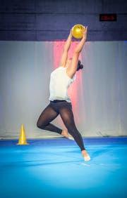 Die Kreuzlingerin Ana Judith Brändli zeigt ihre Solokür mit Ball. (Bild: Andrea Stalder)