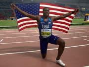 Christian Coleman lässt sich nach dem Triumph über 100 m feiern (Bild: KEYSTONE/EPA/VALDRIN XHEMAJ)