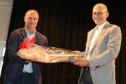 Architekt Edgar Wick (links) überreicht dem Salmsacher Gemeindepräsidenten Martin Haas den symbolischen Schlüssel zum «neuen» Berglischulhaus. (Bild: Christof Lampart)