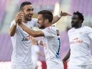 Erster Auswärtssieg für den FC Zürich: Torschütze Marchesano (rechts) jubelt mit Mahi (Bild: KEYSTONE/MARTIAL TREZZINI)