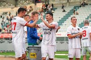 Abklatschen zum ersten Saisonsieg: Arbenit Xhemajli und Samir Ramizi. (Bild: Claudio Thoma/Freshfocus)