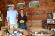 Meisterlandwirtin Cecile Vetsch und Obstbaumeister Lukas Vetsch, Grabs, sind dank beruflicher Weiterbildung bestens für Herausforderungen gerüstet. (Bild: Adi Lippuner)