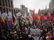 Tausende Menschen demonstrieren in Moskau für die Freilassung politischer Gefangener. (Bild: KEYSTONE/EPA/SERGEI ILNITSKY)