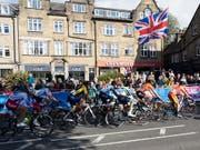 Der Tross des WM-Strassenrennens in Nordengland (Bild: KEYSTONE/EPA/VICKIE FLORES)