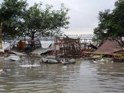 Ein durch Überschwemmungen zerstörtes Haus im indischen Bundesstaat Uttar Pradesh. Mindestens 120 Menschen kamen durch die Unwetter in Nordindien ums Leben. (Bild: KEYSTONE/EPA/STR)