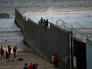 Die strikte Einwanderungspolitik von US-Präsident Donald Trump hat vor einem Gericht erneut eine einstweilige Niederlage erlitten. (Bild: KEYSTONE/AP/RAMON ESPINOSA)