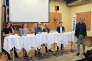 Nina Schläfli (SP), Karin Bétrisey (Grüne), Reto Ammann (GLP), Moderator Stefan Milius, Dominik Diezi (CVP) und Anders Stokholm (FDP) am Podium. (Bild: Christof Lampart)