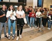 Wiler Jungbürgerfeier 2019: 57 junge Erwachsene lauschten in der Lokremise zuerst den Worten von Stadtpräsidentin Susanne Hartmann und später den Songs des Rapper Nativ im Gare de Lion. Bild: Christof Lampart