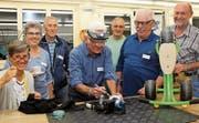Das Team der «Reparaturi Oberuzwil» mit dem ersten reparierten Teil: einem Dreirad. Bild: Cecilia Hess-Lombriser