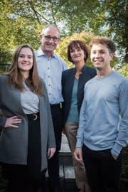 Zwei Generationen, zwei Klein- und eine Grossfamilie: Rebecca und Bruno Cozzio aus Henau sowie Trudy und Tobias Cozzio aus St.Gallen (von links) haben sich der CVP verschrieben. (Bild: Lisa Jenny)