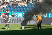 Die Szene ereignete sich am 21. Februar 2016 im Spiel zwischen Luzern und St.Gallen. (Bild: Urs Flüeler/Keystone)