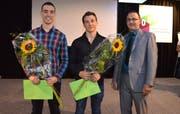 Zufriedene Gesichter: Benjamin Koch (von links) und Ramon Gantenbein wurden von Andreja Slavik, Präsident des Konstrukteur-Lehrmeisterverbands, mit dem «Champion»-Titel ausgezeichnet. Bild: Ralph Dietsche
