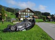 Das Unfallauto kam auf dem Dach liegend im Wiesland zum Stillstand. (Bild: Kapo Schwyz, Sattel, 3. September 2019)