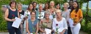 Die 14 Absolventen des Lehrgangs Pflegehelfer SRK aus Nid- und Obwalden. (Bild: PD)