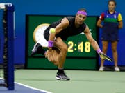 Spektakulär: Den zweitletzten Punkt des Achtelfinals gegen Maris Cilic gewann Rafael Nadal mit einem Ball um den Netzpfosten herum (Bild: KEYSTONE/FR103966 AP/JASON DECROW)