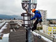 Ein Techniker installiert im April dieses Jahres auf einem Genfer Gebäude eine 5G-Antenne. (Bild: KEYSTONE/LEANDRE DUGGAN)