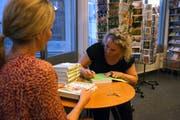 Franziska Stöckli signiert Bücher. (Bild: Dieter Langhart)