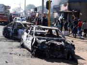 Zahlreiche Personen wurden am Montag im südafrikanischen Johannesburg nach Ausschreitungen festgenommen. (Bild: KEYSTONE/AP)