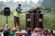 Giuseppe Spina (Schauspiel) und Rahel Wohlgensinger (Puppenspiel) unterhalten die Kinder. (Bild: Stefan Kaiser, Hagendorn, 2. September 2019)