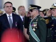 Brasiliens Präsident Jair Bolsonaro (links) wird nicht zu einem Gipfeltreffen nach Kolumbien reisen, bei dem es um die Brände im Amazonasgebiet geht. (Bild: KEYSTONE/AP/ERALDO PERES)