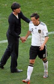 Löw mit Mesut Özil, bevor die Beziehung zerbrach. (Bild: Keystone)