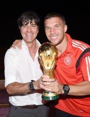 Jogi Löw beim Feiern mit Lukas Podolski. (Bild: Keystone)