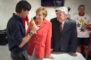 Der deutsche Nati-Trainer im Gespräch mit Kanzlerin Angela Merkel und Bundespräsident Joachim Gauck. (Bild: Keystone)