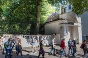 Viele Fussgänger laufen an der Kunstinstallation vorbei. (Bild: Boris Bürgisser, 3. September 2019)