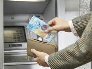 Als letzte der neuen Banknotenserie erscheint die 100er-Note in einem neuen Design. (Bild: SNB)