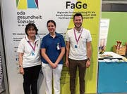 Martina Bösch (Mitte) mit Berufsbildnern Katharina Möhl und Primin Riegger an der Berufsmeisterschaft in St.Gallen. Bild: PD