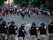 Ausnahmezustand: Duelle zwischen den verfeindeten Stadtrivalen River Plate und Boca Juniors erfordern ein grosses Polizeiaufgebot (Bild: KEYSTONE/AP/SEBASTIAN PANI)