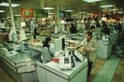 1998: Die Lebensmittelabteilung der Migros im Zugerland. (Bild: PD)