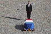 Präsident Emmanuel Macron erweist dem ehemaligen Präsidenten Jacques Chirac die letzte Ehre in Paris (Bild: AP/Keystone (Paris, 30. September 2019)
