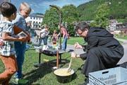 Abt Christian Meyer ist bei der Zubereitung von Älplermagronen voll in seinem Element. (Bild: Beat Christen, Engelberg, 27. September 2019)