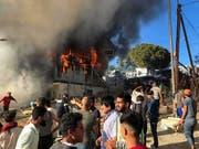 Ein Brand in einem Flüchtlingscamp auf der griechischen Insel Lesbos hat Proteste ausgelöst. (Bild: KEYSTONE/AP InTime News/UNCREDITED)