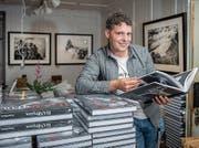 Thomas Biasotto mit seinem Buch «Handwerk». (Bild: Urs Bucher)