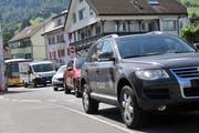 Im ganzen Dorf stand der Verkehr am ersten Tag des Einbahnversuchs wie hier am Karli-Kreisel. (Bild Matthias Piazza, Stans, 8. August 2019)