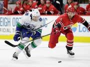 Vancouvers Sven Bärtschi (links) kann innerhalb von 24 Stunden von einem anderen NHL-Team verpflichtet werden (Bild: KEYSTONE/AP/GERRY BROOME)