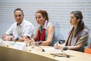 Yvette Estermann (Mitte) spricht an der Seite von Martin Frischknecht und Theres Schoeni an einer Medienkonferenz über die Volksinitiative (KEYSTONE/Anthony Anex)