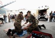An einem Rundgang gaben die Soldatinnen und Soldaten ihren Angehörigen einen Einblick über diverse im Ausbildungskurs gelernte Inhalte – hier im Bereich der medizinischen Versorgung. Bild: PD (Oberdorf, 28. September 2019)